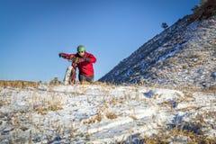 在冬天科罗拉多风景的肥胖自行车骑马 免版税库存照片