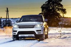 在冬天背景的强有力的offroader汽车视图 免版税库存图片