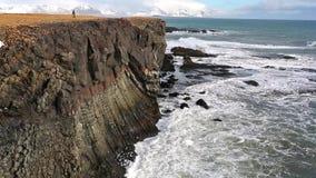 在冬天花费的岩石冰岛 股票视频