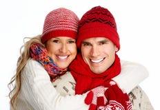 在冬天衣物的愉快的圣诞节夫妇。 免版税库存照片