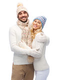 在冬天衣裳拥抱的微笑的夫妇 库存图片