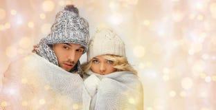 在冬天衣裳的结冰的夫妇包裹了到格子花呢披肩 图库摄影
