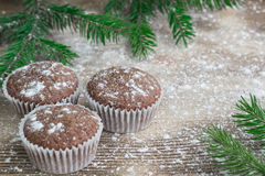 在冬天被雪包围住的木背景,冷杉的三个圣诞节蛋糕 图库摄影
