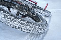 在冬天足迹的肥胖自行车 图库摄影