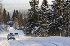 在冬天路瑞典的汽车 库存图片