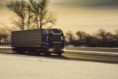 在冬天路的卡车 免版税库存图片