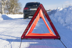 在冬天路的残破的汽车有警报信号的 库存图片