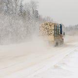 在冬天路的采伐的卡车 图库摄影
