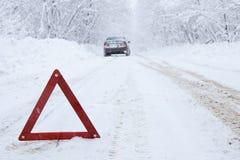 在冬天路的紧急刹车汽车在乡下 库存图片