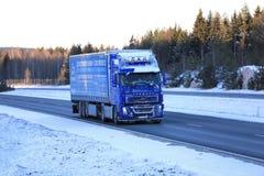 在冬天路的结霜的蓝色富豪集团FH12半卡车 免版税图库摄影