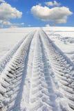 在冬天转动从一个卡车轮胎的轨道 免版税图库摄影
