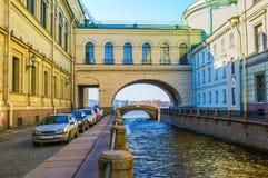 在冬天运河的曲拱 免版税库存照片