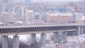 在冬天降雪在桥梁,事故的风险期间的城市交通 股票录像