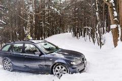在冬天随风飘飞的雪的汽车 免版税库存照片