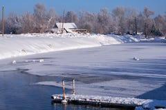 在冬天雪下的阿尔泰俄国国家村庄Talitsa在银行 免版税库存图片