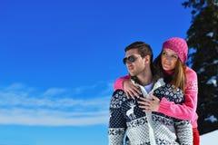 在冬天雪场面的年轻夫妇 免版税库存图片