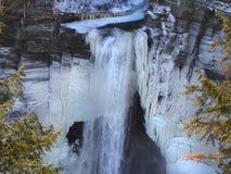 在冬天雪季节期间, Taughannock下跌215 ft下落 免版税库存照片