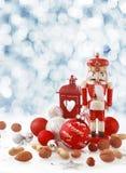在冬天雪的五颜六色的红色圣诞节静物画 免版税图库摄影