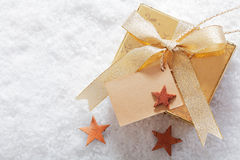 在冬天雪的圣诞节礼品 免版税库存图片