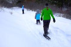 在冬天雪的家庭Snowshoeing 免版税库存照片