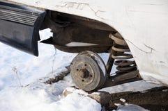 在冬天雪的残破的汽车 免版税库存照片