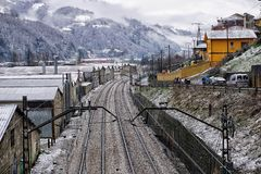 在冬天雪的火车轨道 库存照片