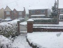 在冬天雪的跑马场车道 库存照片
