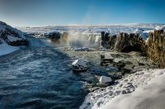 在冬天雪结冰的蓝色sk期间, Godafoss水秋天在冰岛 免版税库存照片