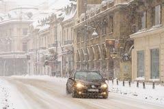 在冬天雪风暴期间的坚硬交通在街市布加勒斯特市 免版税库存照片