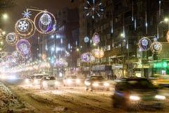 在冬天雪风暴期间的坚硬交通在街市布加勒斯特市 免版税库存图片