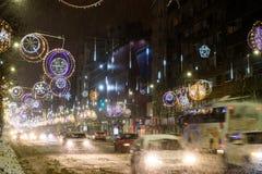 在冬天雪风暴期间的坚硬交通在街市布加勒斯特市 免版税图库摄影
