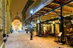 在冬天雪风暴期间的CEC银行在街市布加勒斯特在晚上 免版税库存图片
