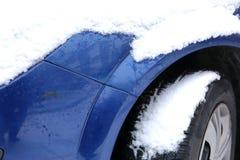 在冬天露天站立在降雪ar期间,另外的汽车通常被暴露在冷淡的天气情况和, 图库摄影