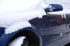 在冬天露天站立在降雪ar期间,另外的汽车通常被暴露在冷淡的天气情况和, 免版税库存图片