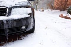 在冬天露天站立在降雪ar期间,另外的汽车通常被暴露在冷淡的天气情况和, 库存照片