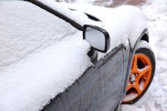 在冬天露天站立在降雪ar期间,另外的汽车通常被暴露在冷淡的天气情况和, 免版税图库摄影