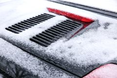 在冬天露天站立在降雪ar期间,另外的汽车通常被暴露在冷淡的天气情况和, 库存图片