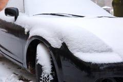 在冬天露天站立在降雪ar期间,另外的汽车通常被暴露在冷淡的天气情况和, 免版税库存照片