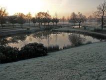 在冬天风景的发光和明亮的日出 库存照片
