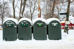 在冬天风景的垃圾容器 图库摄影