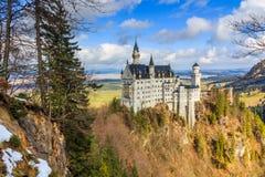在冬天风景的新天鹅堡城堡,菲森,德国为路德维希国王创立了II,与sc 免版税库存图片