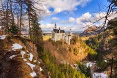 在冬天风景的新天鹅堡城堡,菲森,德国为路德维希国王创立了II,与sc 免版税图库摄影
