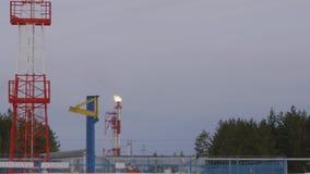 在冬天风景的疆土石油化学的精炼厂中供气从管子的火焰 股票录像