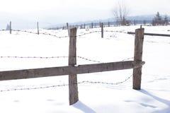 在冬天风景的老木篱芭 库存图片