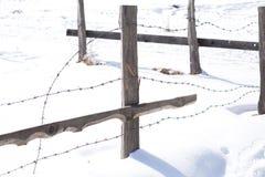 在冬天风景的老木篱芭 免版税库存照片