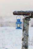 在冬天风景的蓝色灯笼 免版税库存图片