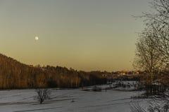 在冬天风景的阳光与满月 库存图片
