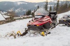 在冬天风景背景的红色雪上电车  库存照片