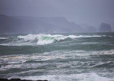 在冬天风暴期间,大大西洋波浪滚动岸上 免版税库存图片