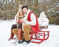 在冬天饮用的茶的夫妇  免版税图库摄影